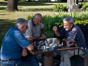 Viejos jugando al ajedrez