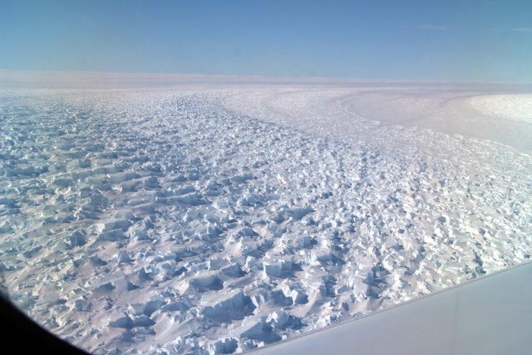 Pesquisadores da UCI e do Laboratório de Propulsão a Jato da NASA estão preocupados com o fato de que a topografia exclusiva abaixo da Geleira Denman, da Antártica Oriental, possa torná-la ainda mais suscetível ao colapso causado pelo clima. Cortesia da NASA