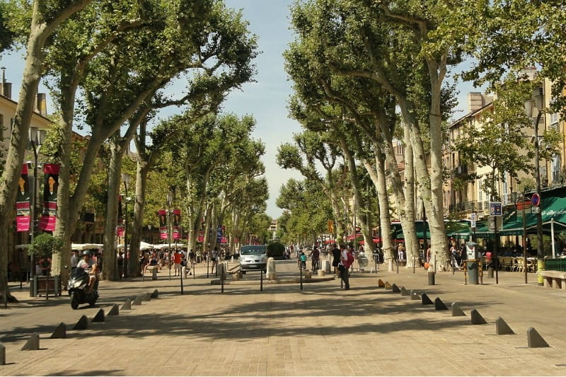Aix-en-Provence-France-street-scene-800-x-533