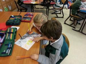 Plasmando sus ideas y dibujos en papel.